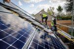 Chantier de pose de panneaux photovoltaïques sur le toit d'une maison individuelle